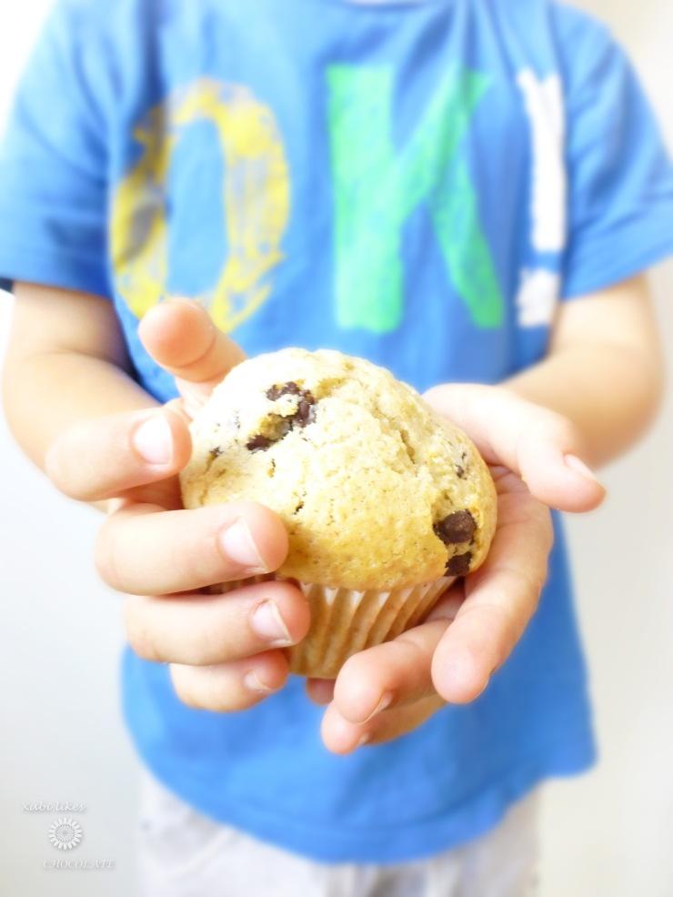 Magdalenas con cachitos de chocolate, muffins con pepitas de chocolate, receta para hacer con niños, pepitas de chocolate, magdalenas, consejos para cocinar con niños, blog de repostería