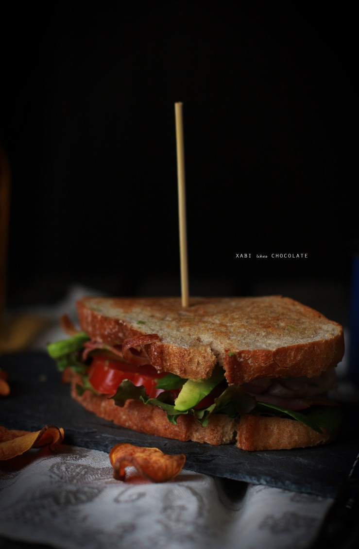 Club Sandwich, sandwich de pollo, bacon y aguacate, receta sandwich, estilismo culinario, blog de cocina, recetas, food styling, sandwich photography