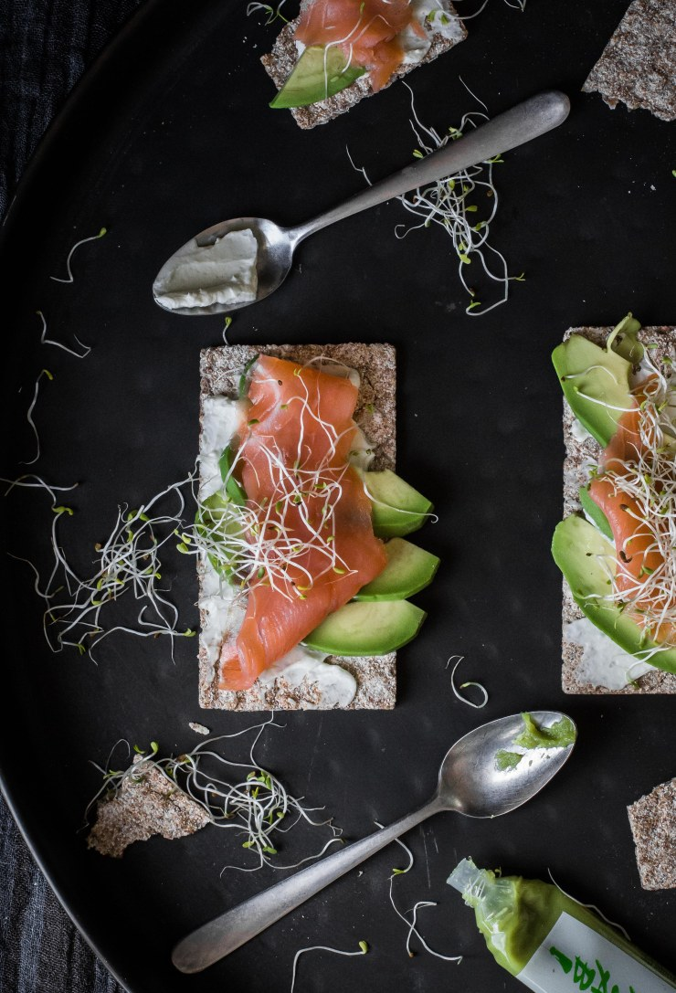 Crackers-cream-cheese-wasabi-avocado-salmon