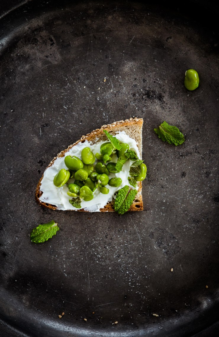 labneh-cheese-toast, tosta-queso-habas-menta, tosta-habas, ideas tostas, fotografía culinaria, food photography, food styling, food stylist, receta, cocina